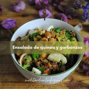 Bol de ensalada de quinoa con garbanz, aguacate y cebolla tierna.