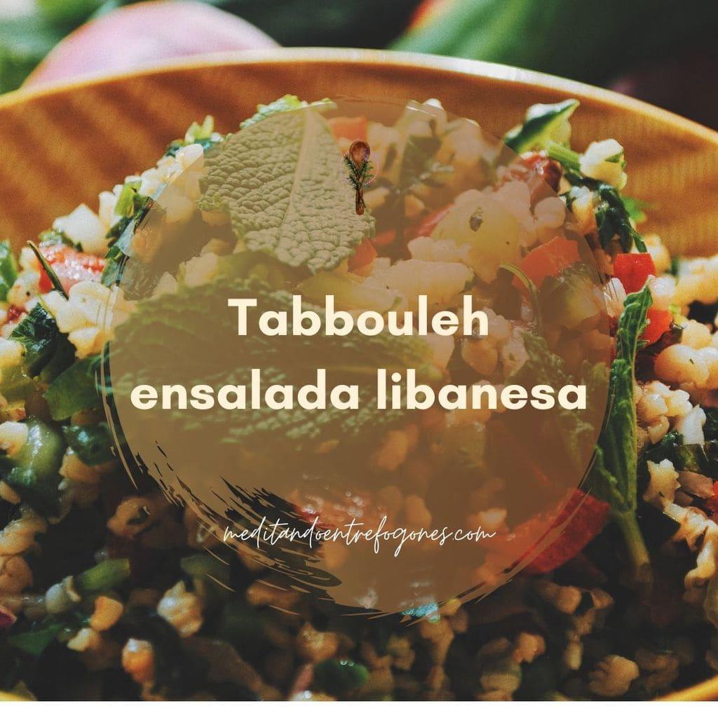 bol con tabbouleh (ensalada libanesa de bulgur, verduras y hierbas frescas)