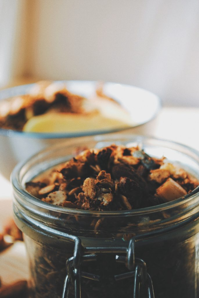 granola de chocolate y coco en sartén